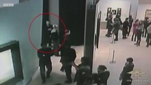 众目睽睽下偷画的俄罗斯小偷