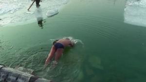 在北京后海冬泳的壮士