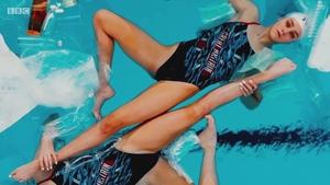 在装满塑料垃圾的泳池中进行水上芭蕾表演