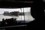 显影 炙烤在京杭运河的船民