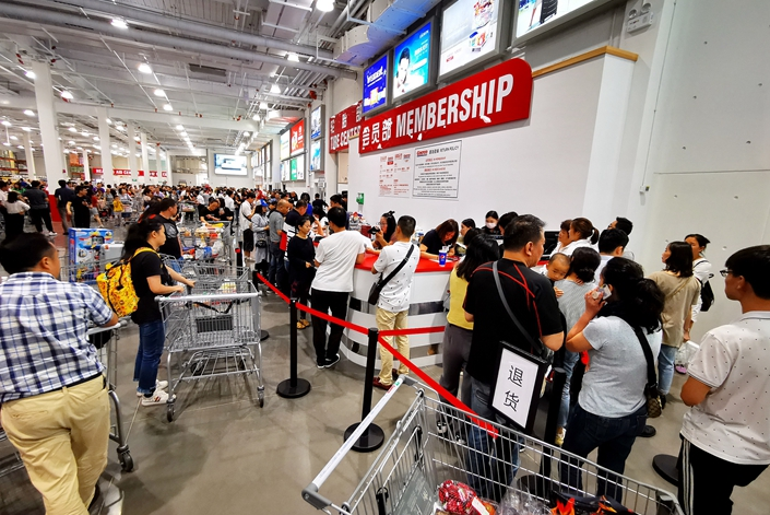 Customers line up Wednesday to return their membership cards at a Costco supermarket in Shanghai. Photo: VCG
