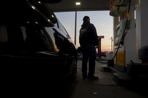 """三大产油国隔空喊话 国际油价经历""""过山车"""""""