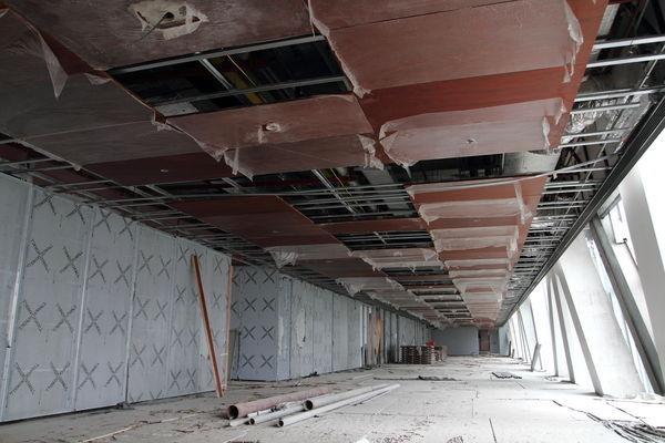 8月11日,央视新址被焚北配楼开始复建。图为正在进行内部装修的央视新址主楼。 东方IC _央视被烧大楼正式启动拆卸复建工程