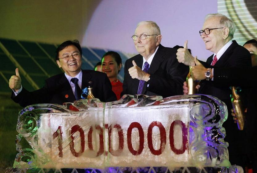 9月27日,巴菲特(右)和他的老搭档芒格(中)以及比亚迪总裁王传福(左)参加比亚迪汽车第100万辆销售庆典。 CFP _巴菲特表示选择比亚迪是明智之举