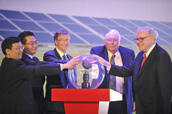 2010年9月29日中午,比亚迪M6新车北京上市发布会及比亚迪新能源技术点亮西藏慈善捐赠仪式举行。嘉宾启动仪式,从右至左依次为:巴菲特、查理·芒格、比尔·盖茨、西藏自治区副主席邓小刚和比亚迪总裁王传福。 CFP_巴比乘坐比亚迪M6亮相北京新闻发布会
