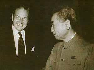 1973年大通银行集团主席大卫·洛克菲勒与中国总理周恩来在北京会面