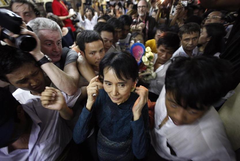 11月13日,缅甸民盟总书记昂山素季在民盟总部召开新闻发布会后离开。当日,昂山素季软禁期满获释。现年65岁的昂山素季自1988年9月组建民盟以来一直担任总书记。民盟原为缅甸合法政党,今年因拒绝重新进行政党登记并抵制全国大选而依法自动失去合法资格。 人民图片/Fotomore.cn  _财新每周图片(2010.11.13-11.19)