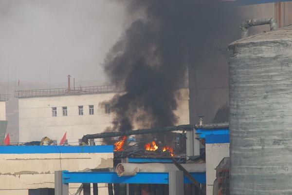 11月20日19时10分,山西省晋中市榆社县榆社化工股份有限公司聚合工段聚合岗位发生爆炸事故,导致氯气泄露,现场火光冲天、浓烟滚滚。 东方IC_山西榆社化工厂爆炸已致4名工人死亡