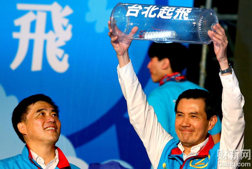 2010年11月21日,台北,台湾地区领导人马英九(右)参加国民党台北市市长候选人郝龙斌(左)的选举造势大会。有分析说,国民党将台北市选战定位为2012年大选前哨战,若寻求连任的国民党参选人郝龙斌落选,那马英九位子可能也难保。 财新记者 牛光 摄 _台湾选战