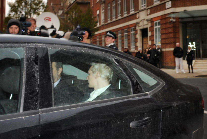 当地时间12月7日,遭到英国警方逮捕后的维基解密创始人阿桑奇被送往伦敦威斯敏斯特地方法院。 CFP _维基解密创建人阿桑奇在伦敦被捕