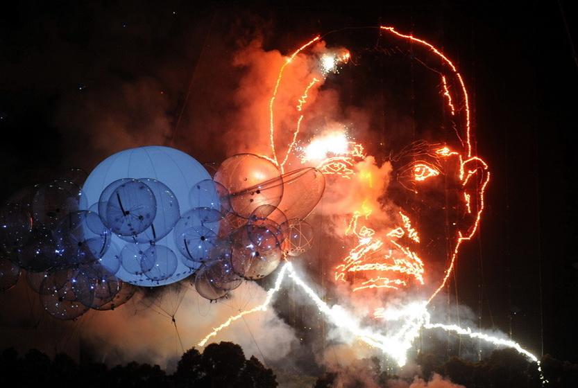 1月1日凌晨,台北跨年烟火绽放,勾勒出孙中山像。此次烟火绽放,在台北市大佳河滨公园安排4公里环形烟火,共计25万2800发,总长10分钟,随后延伸至台北101大楼,作288秒烟火秀,堪称历年最精彩。 东方IC  _财新每周图片(2011.1.1-1.7)