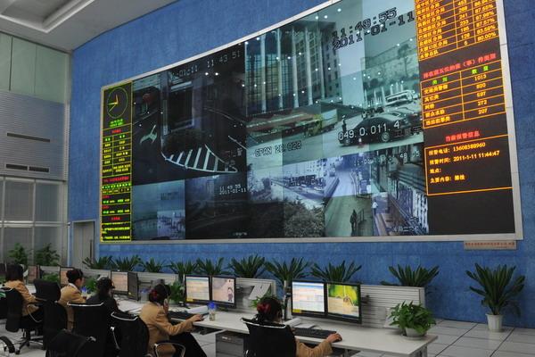 1月11日,工作人员通过遍布重庆市内的电子眼监控市区实时安全状况。据悉,平安重庆·应急联动防控体系将在现有的电子眼防控体系上升级。 CFP_重庆打造天眼防护墙 3年内布50万电子眼