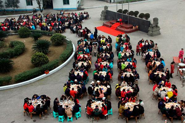 1月29日,四川华蓥市某外资企业制品厂为感谢农民工给企业作出的贡献,专门用坝坝宴的形式宴请留守在企业的外来民工,祝他们新年快乐。 CFP _川东坝坝宴宴请农民工