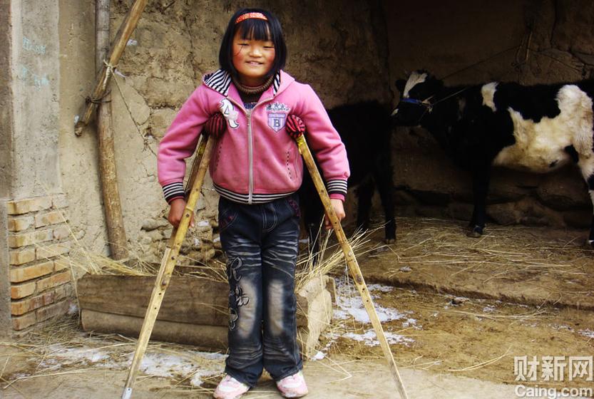 她叫金玉芳,青海乐都县瞿昙镇中心小学的2年级学生。3岁时,她随爷爷坐着农用车出门,摔断了脊髓。每天,这个齐眉的女孩都会跛着脚,在土路上练习正常走路。她很害羞,笑起来很可爱。她对我说,姐姐,天安门有多大?她喜欢家里的这头牛,管它叫哞哞。 财新记者 周凯莉 摄 _营养的贫困记者采访手记