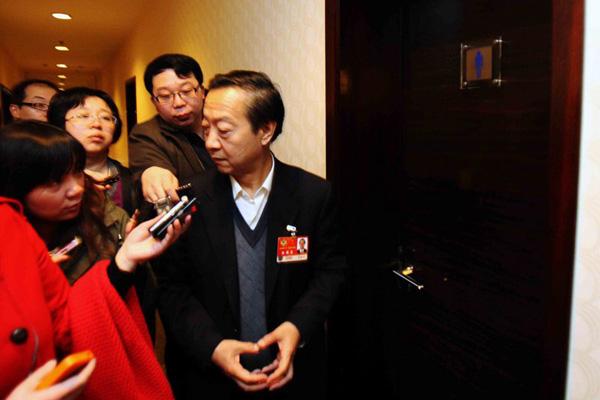 3月4日,北京铁道大厦,全国政协小组讨论会,经济界别委员备受媒体关注。小组讨论会间隙,记者在卫生间门口拦截李毅中委员采访。 段言/CFP _两会小组讨论实录