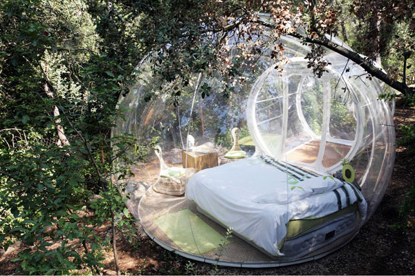 2010年8月24日,法国Allauch,法国夫妇为野外露营制造出一个透明泡泡样子的帐篷。 CFP _世界睡眠日