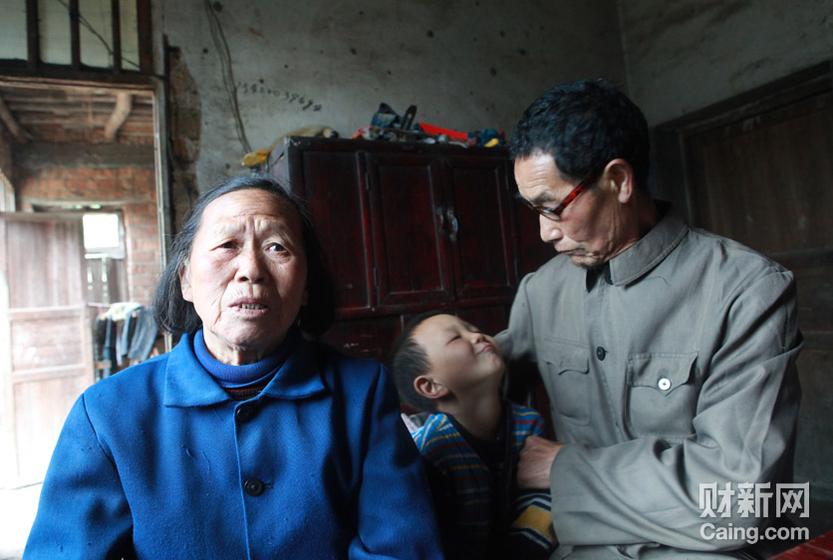毛坪村的小男孩袁石(中),告诉记者,他的妹妹袁丽一岁的时候,被抢走了,至今下落不明。他想念妹妹,多次梦到她回家了。 财新记者 李漠 摄 _邵氏弃儿