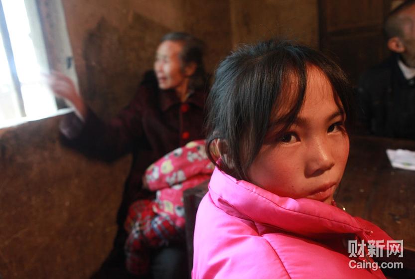 凤形村11岁的女孩袁娟娟,寄居在姥姥家。她的妹妹8个月时被抢走至今下落不明。陪记者采访的村民说,她的妈妈已经精神失常。 财新记者 李漠 摄 _邵氏弃儿