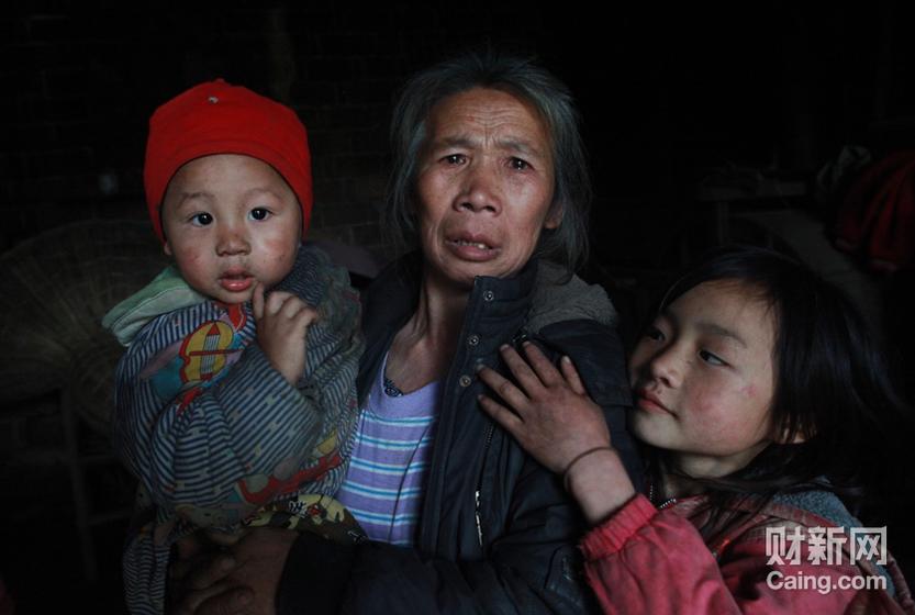 黄姓村的刘素珍老人告诉记者,她的孙女周娟3个月零10天时被抢走,至今下落不明。 财新记者 李漠 摄 _邵氏弃儿
