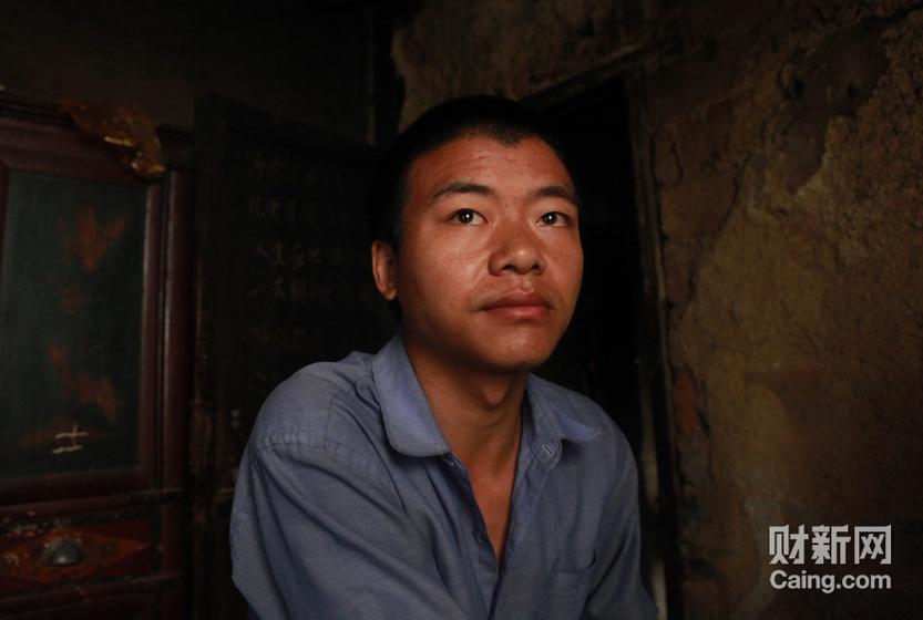 毛坪村袁新权告诉记者,他的女儿被抢走后,老婆也离他而去。 财新记者 李漠 摄 _邵氏弃儿