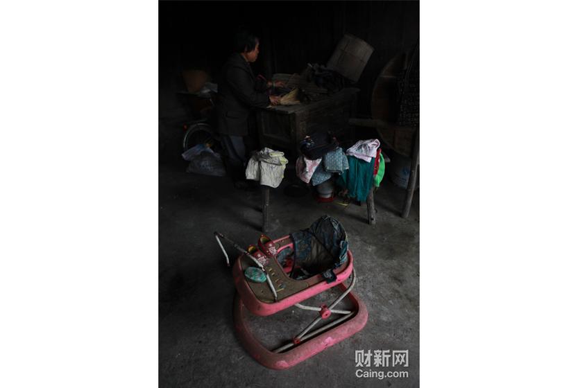 西山洞村袁朝容的女儿袁庆龄被抢走之后,他的妻子也走了。孩子的用品,还保留在家里。 财新记者 李漠 摄 _邵氏弃儿