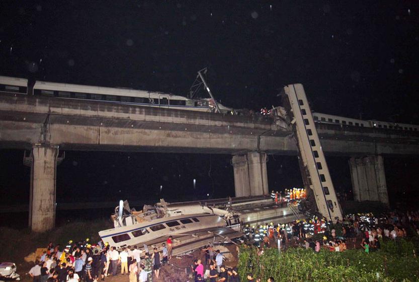 7月23日晚,温州,北京南至福州D301次列车与杭州至温州南D3115次列车发生追尾的事故现场。 长空/CFP  _生命之殇