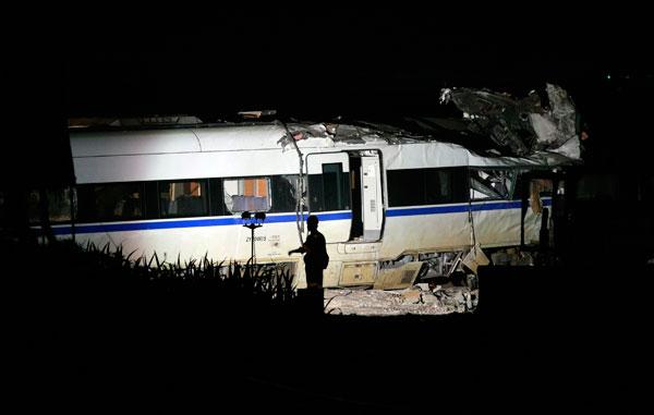 7月23日20时31分,分别从杭州和北京出发,终点都是福州的D3115次和D301次,在距离温州南站约5公里处的高架桥上,发生追尾事故,至少39人遇难。赵昀/CFP _大崩溃