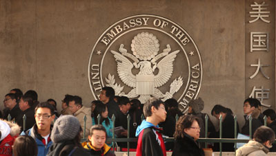 2011年1月13日,美国大使馆外等待签证的人群。