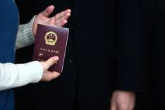 华侨仍是中国公民,但由于户籍被取消,身份证件被收回,如果要短期回国,在购房、买车、教育等方面会遇到种种障碍。