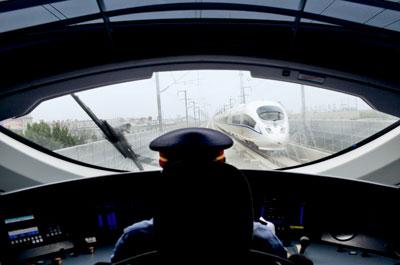 两列动车在京津轨道线上相遇。2006年11月,国内第一条新建高速铁路京津城际项目招标,西门子为首的德国企业中标。