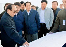 2009年3月31日下午,原铁道部党组书记、部长刘志军(前排左一),与原铁道部运输局长张曙光(前排左三)在北京动车