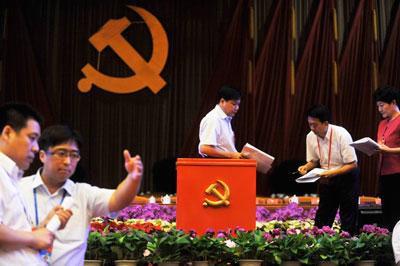 2012年7月2日,北京市党代会前,工作人员正在布置会场。