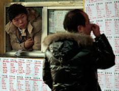 江苏省南京市安德门就业市场里,返城农民工在找工作。
