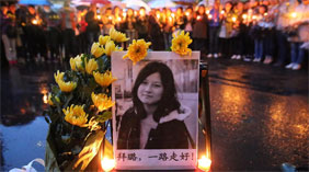 新疆民众悼念采访遇车祸身亡记者