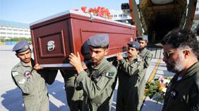 巴基斯坦军机送遇袭中国登山家遗体回国