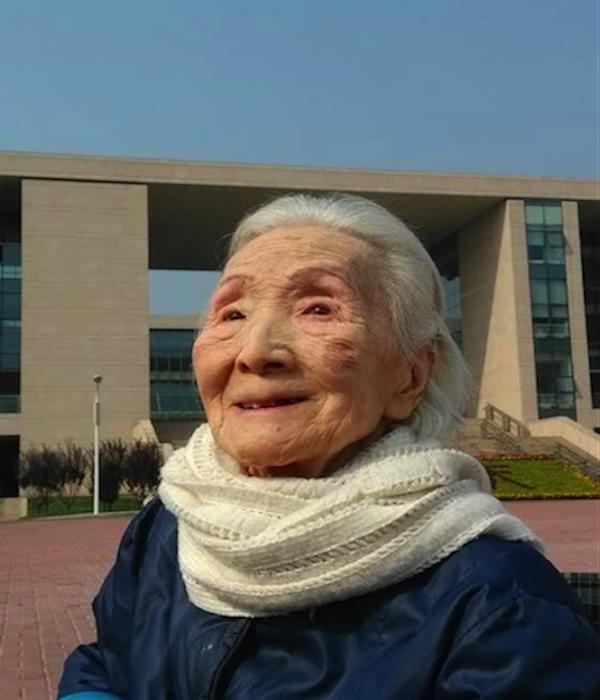 2015年10月17日,李佩在怀柔中国科学院大学参观两弹一星纪念馆。李伟格/摄