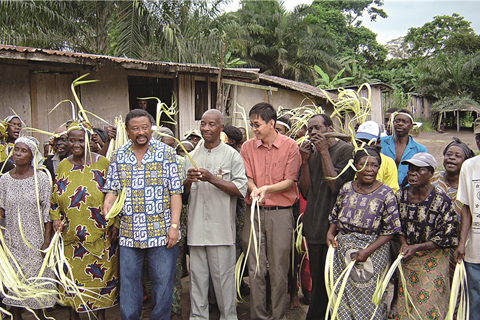 Chang Xuehui(fifth from the right) with Gabon's then foreign minister Jean Ping (fourth from the left) at an event to launch a documentary film in Gabon in 2003
