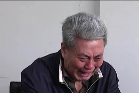 A screen grab of a CCTV documentary showing Yu Tieyi crying during a confession of his crimes.