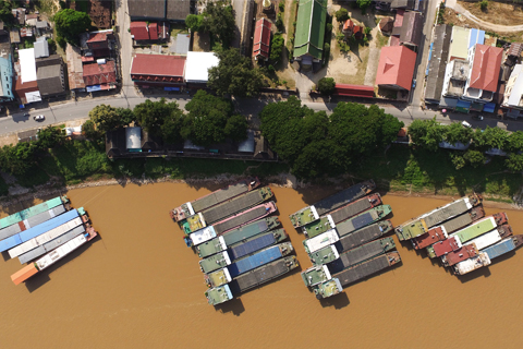 Dozens of boats are berthed at Chiang Saen port in Thailand on Oct. 19. Many boats had to wait at least a month for goods as trade was slow. Photos: Yang Lü