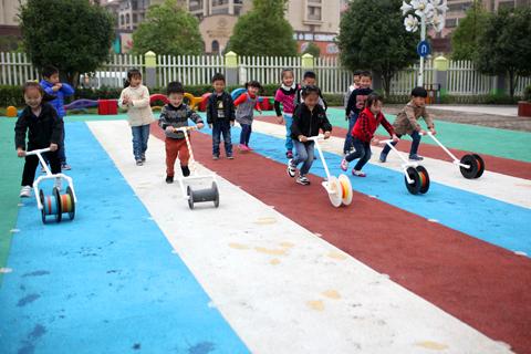 Preschool kids play with handmade toys in Fuzhou, Jiangxi province on Oct. 31. Photo: IC