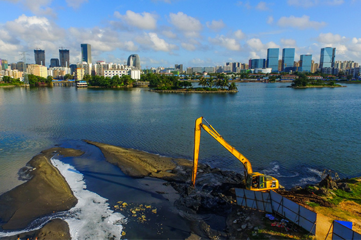 Raw sewage is released into Hongcheng Lake in Haikou, Hainan province, on Oct. 27. Photo: Visual China