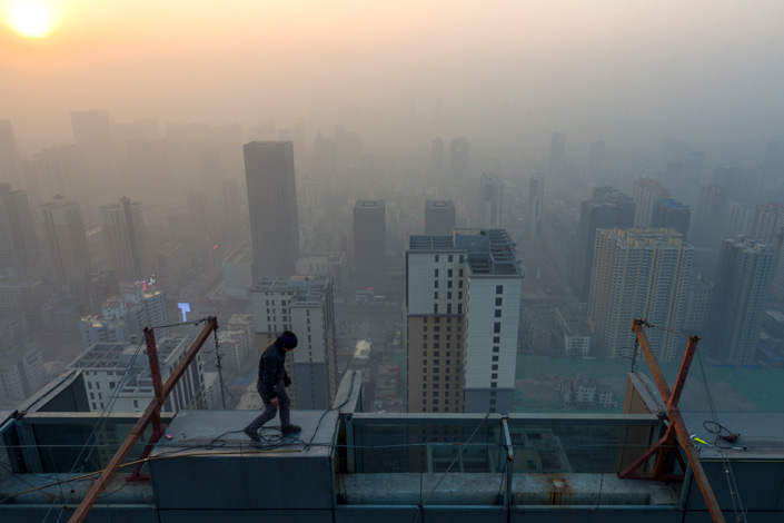 A steeplejack works at a construction site in Taiyuan, Shanxi province, on Dec. 4, when air pollution reached hazardous levels. The Ministry of Environmental Protection said that Taiyuan ranked 65th out of 74 cities in air quality from January to November this year. Photo: Visual China