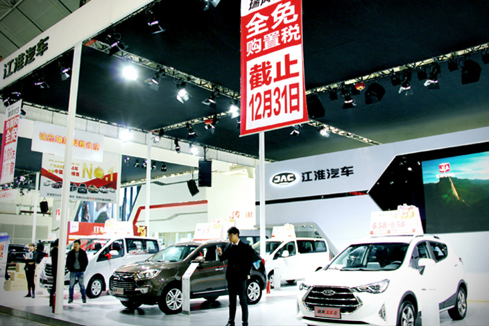 An automaker at the 2016 Nanjing International Automobile Exbihition in Nanjing, Jiangsu province, on Dec. 3 promotes small-engine cars by emphasizing the soon-to-end 5% preferential tax rate on vehicles with engines that are 1.6 liters or smaller. Photo: IC