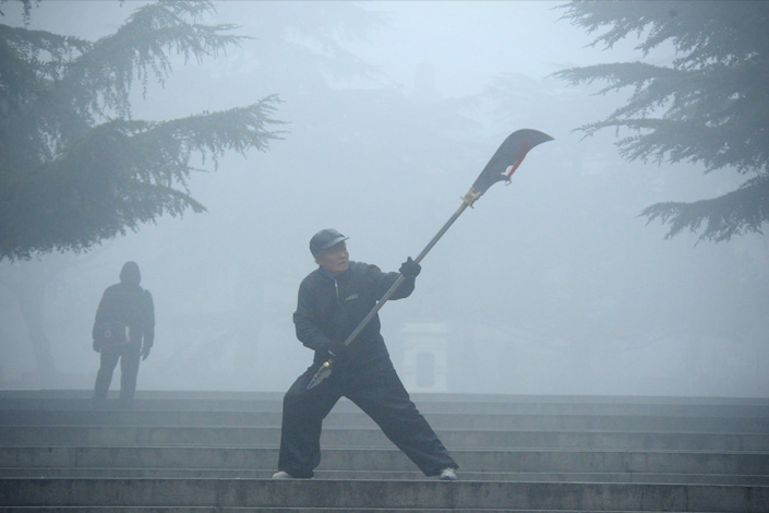 An elderly man exercises in heavy smog in Dalian, liaoning province, on Monday. Photo: Visual China