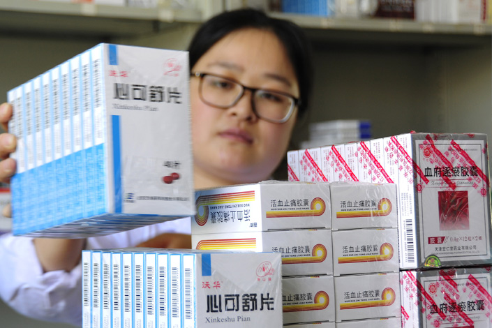 Pharmacist Tang Jing sorts medicines at a medical center in Yantai, Shandong province, on June 2. As of June 1, Shandong's public hospitals cut drug prices 15%. Photo: IC