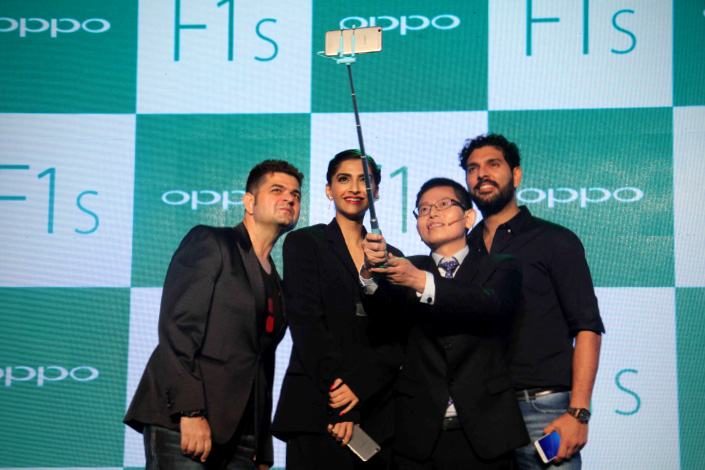 From left, fashion photographer Daboo Ratnani, Bollywood actor Sonam Kapoor, Oppo India President Sky Li and Indian cricket player Yuvraj Singh take a selfie during the launch of Oppo F1s smartphone in Mumbai, India, on Aug. 3. Photo: IC