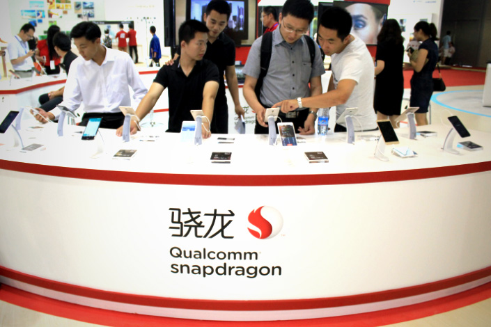 Visitors try out smartphones equipped with Qualcomm Snapdragon CPUs during an exhibition in Nanjing, Jiangsu province on July 3, 2015. Photo:IC
