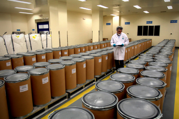 An employee of German pharmaceutical company Bayer AG inspects containers of acetylsalicylic acid in October 2012 before shipping them to a plant in Asturias, Spain.  Photo:IC