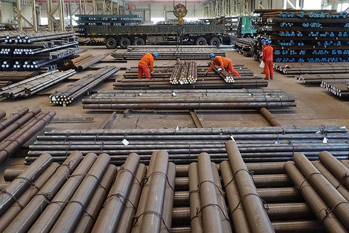 Workers prepare to move steel rods in a Dalian Special Steel Co. factory on May 26. Chen Qiufa, the governor of Liaoning province, has admitted that provincial financial data from 2011 to 2014 was fabricated. Photo:Visual China