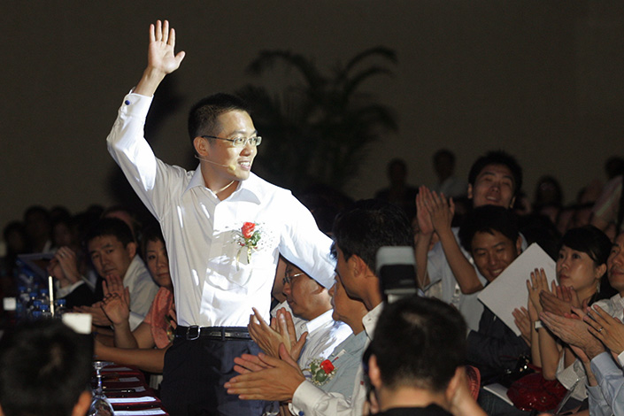 Li Yinan, Baidu Inc.'s then-chief technology officer, waves during the Baidu World forum in Beijing in August 2009. Li was sentenced to two and a half years of prison on Tuesday after a Shenzhen court found him guilty of insider trading. Photo: IC